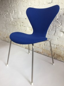 Exceptional Vintage Series 7 Chair by Arne Jacobsen for Fritz Hansen - fully upholstered in a absolutely gorgeous purple wool fabric by Kvadrat - makes a perfect desk chair or entry chair - lets face it .. this chair would look amazing anywhere you put it in your home - $675