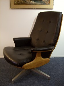 Very Handsome Mid-century modern teak/vinyl lounge chair manufactured by Heywood Wakefield Company - USA - Excellent condition - this chair has it all - design/comfort and function - (SOLD)